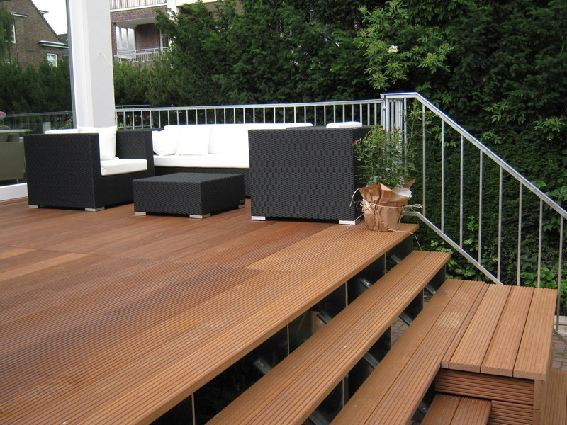terrasse mit treppe raum und m beldesign inspiration. Black Bedroom Furniture Sets. Home Design Ideas